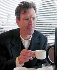 Jim Holt com uma xícara de café -- que ele tanto aprecia...