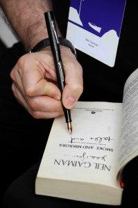 Neil autografando meu livro Smoke and Mirrors durante a Flip 2008. Foto: Gustavo Scatena/Imagem Paulista