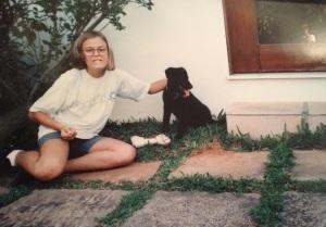Um pedacinho de uma das portas de vidro e eu, aos 13, 14 anos