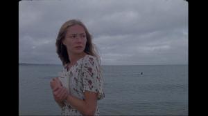 Clara Paget na belíssima adaptação de Tom Beard de The Sea Close By (La Mer au Plus Près). Iniciativa incrível da Penguin para comemorar o centenário de Camus